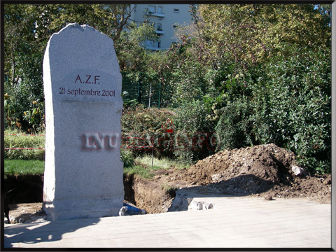 en photo la plaque commémorative de la catastrophe d'AZF, 21 septembre 2001