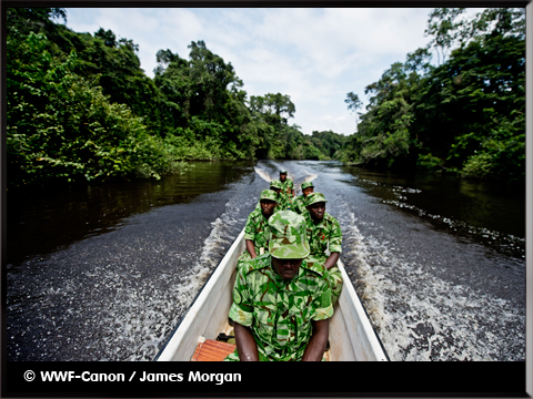 militaires dans une barque avant intervention - photo WWF-Canon/James Morgan - inumaginfo.com